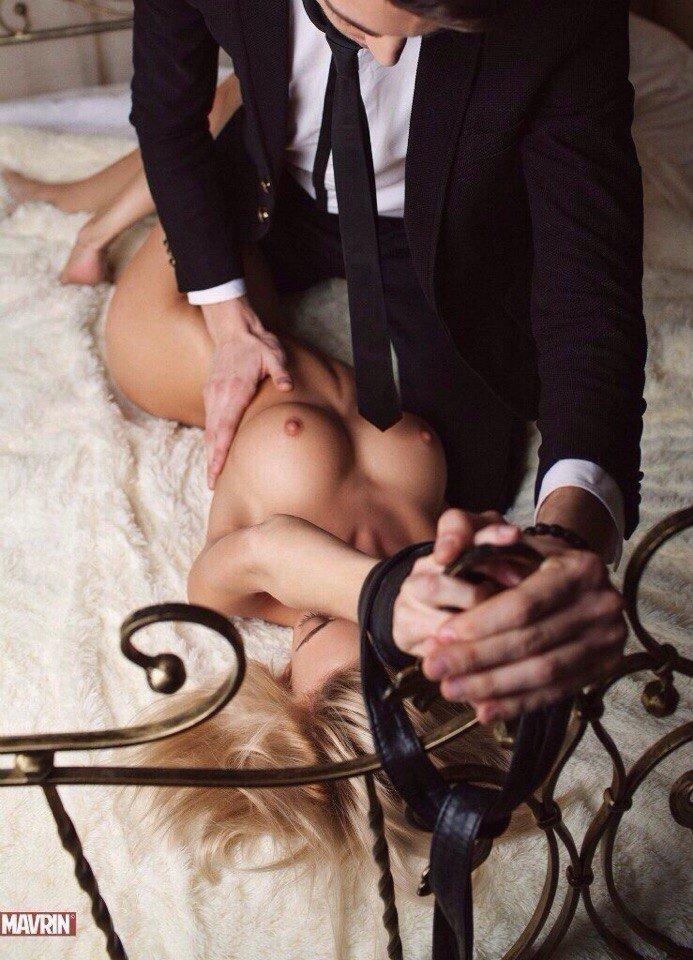 как мужчина завязывает женщину и раздевает ее видео девушки