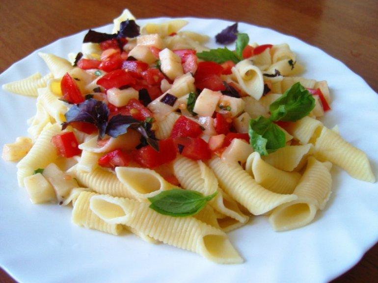 Салат из ветчины с помидорами и кукурузой