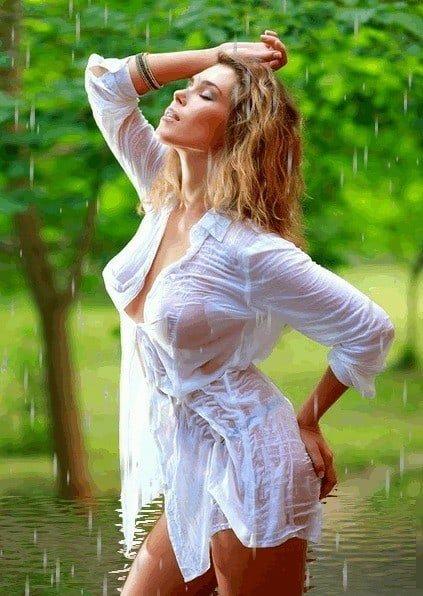 Перевозбужденная голая женщина возле речки  256739
