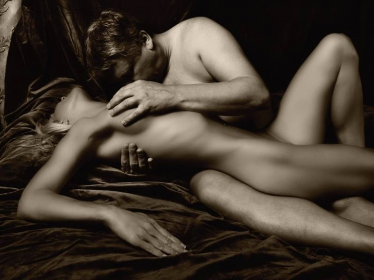красивый секс в постели с поцелуями женской груди используются только