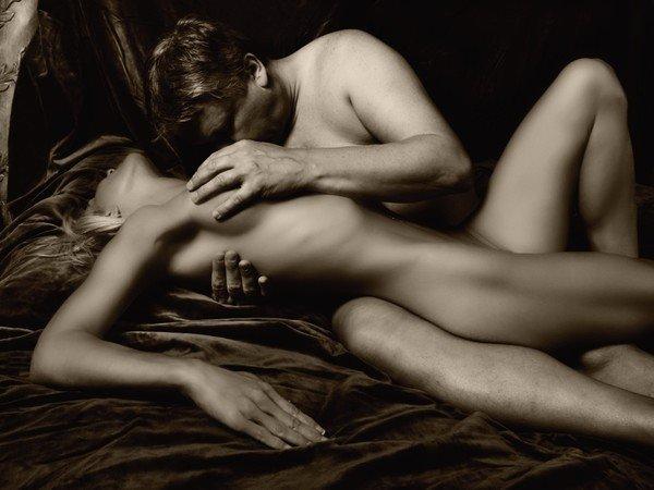 и цилуется на с женщеное голая картинках женщина